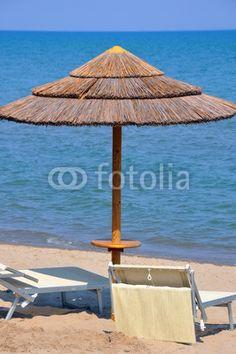 Liegestuhl mit sonnenschirm strand  Liegestuhl und Sonnenschirm am Strand | Landschaft am Meer ...