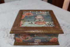 Caja de madera porta té con cuatro divisiones, técnica decoupage, craquelado y resina en parte superior...