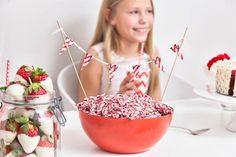 Kulhollinen Marianne-karkkeja on herkkupöydän taattu keskipiste. Childrens Party, Chocolate Fondue, Desserts, Food, Tailgate Desserts, Deserts, Essen, Postres, Meals