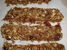 Barrinhas de cereais caseiras  Ingredientes (4 barrinhas): * 25g de flocos de trigo integrais; * 25g de flocos de aveia integrais grossos; * 7g de amêndoas cortadas aos pedaços; * 8g de nozes picadas em pedaços; * 20g de sementes de sésamo; * 15g de sultanas; * Sumo de meia laranja;  * 1 colher de chá de essência de baunilha; * 1 colher de chá de canela.