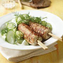 Frikadellenspieße mit Gurkensalat