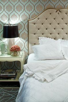 Um belo papel de parede e uma cabeceira de cama marcante podem ser suficientes como elementos decorativos.