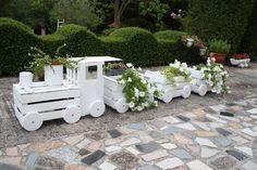Jardinière en forme de train à partir de caisses de fruits