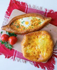 Det här mina vänner är ett av det godaste bröden jag någonsin har bakat eller smakat i mitt liv! Vilket fantastiskt bröd. Luftigt och mjukt bröd fylld med massa ost. Ljuvligt god. Det är ett georgiskt ostbröd som påminner om pizza. Du kan servera brödet som en hel rätt med sallad bredvid, som en sidorätt eller som en aptitretare innan maten. 3 stora bröd eller 6 små Deg: 30 g färsk jäst (lite mer än en halv jäst) 3 dl ljummen mjölk 100 g rumsvarmt smör 1 ägg Ca 9 dl vetemjöl (gärna…