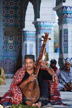 PAKISTAN, nice captured the Sufi singer at Shrine of Shah Abdul Latif Bhittai at Bhit Shah, Hala, Sindh, Pakistan Pakistani Culture, Indus Valley Civilization, Street Musician, India And Pakistan, Unity In Diversity, World Cultures, People Around The World, Afghanistan, Brave