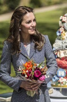La duchesse de Cambridge, née Kate Middleton, a inauguré ce mercredi une aire de jeux pour enfants. L'occasion de se retrouver face à face avec un dra...