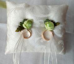cuscino portafedi  cestino petali di rosa  di Aquilonicolorati