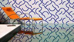 A área da piscina ganhou um grande painel de azulejos de Athos Bulcão Foto: Divulgação