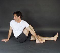 Torção: Sente com as pernas estendidas, dobre o joelho direito e apoie o pé direito na altura do joelho esquerdo. Coloque a mão direita no chão atrás das costas e passe o braço esquerdo por fora da perna direita dobrada. Vire o rosto e o tronco para a direita. Permaneça na posição por um minuto e repita a operação do outro lado. Aumente 20 segundos por semana até chegar a três minutos.  Benefícios: circulação sanguínea, alonga os músculos e aumenta a concentração.