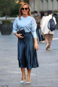 Midi Rock Outfit, Midi Skirt Outfit, Blue Skirt Outfits, Navy Blue Outfits, Navy Pleated Skirt, Mein Style, Skirt Fashion, Pull, Amanda Holden