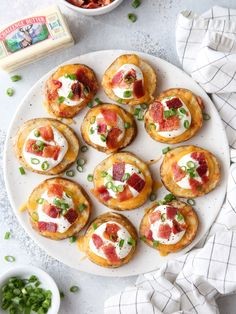 Loaded Baked Potato Bites - Completely Delicious These irresistible baked potato bites are loaded up with cheddar cheese, sour cream, crispy bacon, and green onions. They make a great appetizer or snack! Quick Recipes, Light Recipes, Delicious Recipes, Potato Recipes, Healthy Recipes, Snacks Recipes, Brunch Recipes, Tasty, Great Appetizers