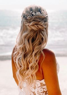 Gorgeous styles of bridal or wedding hair looks for all those ladies who are searching for unique hairstyles to show off on all the special occasions. We suggest you to see here and pick up this latest bridal hairstyle nowadasy for more cute look. Braided Hairstyles For Wedding, Unique Hairstyles, Bridal Hairstyles, Bridal Bun, Trendy Haircuts, Gorgeous Hair, Beautiful, Bridal Looks, Hair Looks