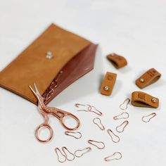 Ribbeluen - gratis oppskrift Card Case, Sunglasses Case, Knitting Patterns, Shoulder Bag, Wallet, Leather, Handmade, Inspiration, Instagram