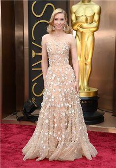 Vestido-joya de Armani Privé, tono nude, trasparencias, tul, bordados de oro, seda y cristales de Swarovski. Toda una joya lucida por Cate Blanchett en la Gala de los Oscars 2014.