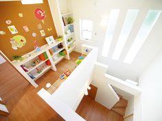 1階LDKとつながる開放的な2階ホールを活用して、読書や勉強ができるライブラリーホール。