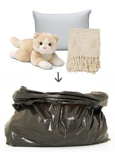 Guarda en bolsas plasticas todos los objetos suaves y acolchados, no pesará nada al momento de transportarlos y puedes usarlos para ponerlos entre las cajas con cosas frágiles