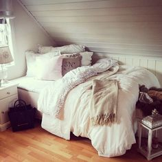 Cozy bedroom and could be used as a sitting place when not in use! Perfect for a guest room/library! Ally's room, maybe? Interior Exterior, Home Interior, Interior Design, Dream Rooms, Dream Bedroom, Cozy Bedroom, Bedroom Decor, Bedroom Ideas, Bedroom Inspiration