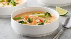 This Thai-flavored soup with coconut milk, curry paste and ginger is delicious. A tasty meal ready in just 20 minutes!