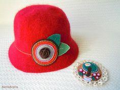 Sombrerito y broche...