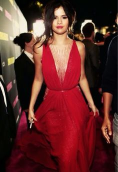 How to Chic: SELENA GOMEZ - RED DRESS