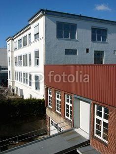 Weiße Fassade eines Verlagsgebäudes in Bielefeld in Ostwestfalen-Lippe im Teutoburger Wald