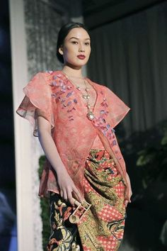 Jessie Setiono is Proud to Be an Indonesian When She Wears Didiet Maulana's Masterpieces