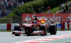 Alonso portó toda la vuelta de camino al garage con una bandera de España