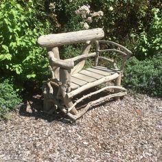 [P]カフェにあった椅子。椅子の造形か木の造形かでちょっと悩んだ