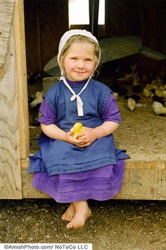 Recently in a local Plain People community ( Anabaptist& ) a tragedy took place. As a family was taking a load of corn in their wagon to be milled, they were hit by a drunk driver. Isadora Duncan, Amish Proverbs, Amish Country Ohio, Amish House, Amish Culture, Amish Community, Cross Stitch Fairy, Boys Wear, Baby Chicks