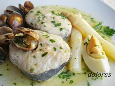 recipe Merluza a la vasca/ Pescado . fond memories of eating merluza in various forms at least four times a week . Spanish Dishes, Spanish Food, Spanish Tapas, I Love Food, Good Food, Yummy Food, Salad Recipes, Healthy Recipes, Atkins Recipes