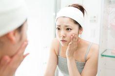 Comment faire disparaître l'acné ? Le blanc d'œuf est un astringent naturel qui absorbe l'excès de sébum. Le miel va éliminer les impuretés de la peau pour laisser place à une peau nette et douce. Découvrez cette recette de beauté naturelle de nos grands-mères !