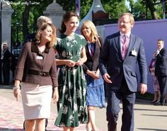 The Duchess was in a new dress by a new designer for today's visit to the Royal Horticultural Society Chelsea Flower Show. Chelsea Flower Show, Duchess Kate, Duchess Of Cambridge, Kate Middleton, Pippas Wedding, Royal Uk, Royal Party, Royal Dresses, All Family