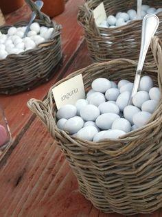 Amsicora - Confettata rustica in cesti di ulivo con confetti ripieni per matrimonio in Masseria Mozzone vicino Ostuni Rustic wedding sweet table