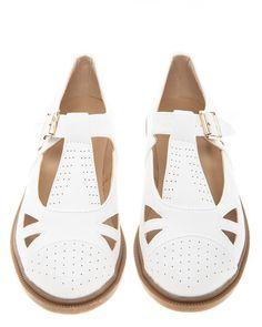 Vita söta skor med låga klackar.