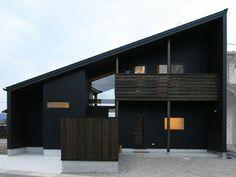 軒深三角 大屋根の黒い家  半地下リビング 中二階   スキップフロア