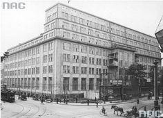 Bank Gospodarstwa Krajowego Modernistyczny, monumentalny budynek został wzniesiony w latach 1928–1931 według projektu Rudolfa Świerczyńskiego