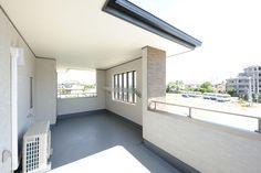 【イエタテ】静岡および三河の信頼できる工務店、住宅会社検索サイト。完成見学会、新築施工例、リノベ事例、モデルハウスなど、静岡県や愛知県三河で一戸建て注文住宅を探せます。 Balcony Design, Traditional House, Stairs, Interior Design, Outdoor Decor, Attic, Yahoo, Home Decor, Terrace