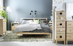 Chambre avec cadre de lit, commode et table de chevet TARVA en bois massif