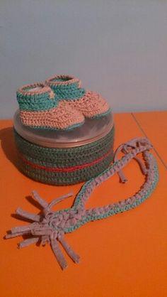 Zapatos crochet con collar de lactancia y caja forrada de ganchillo