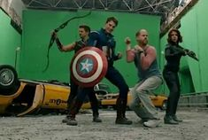 Hawkeye (Jeremy Renner), Captain America (Chris Evans), Joss Whedon and Black Widow (Scarlett Johansson) behind the scenes of The Avengers The Avengers, Marvel Avengers Assemble, Avengers Story, Marvel Marvel, Marvel Movies, Joss Whedon, Scene Photo, Movie Photo, Iconic Movies