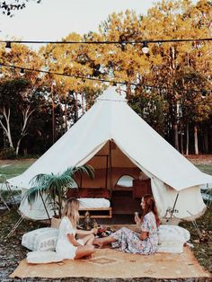 20 Comfortable Family Camp Tent Ideas For Fun Summer Camping - Home and Camper Labor Day Decorations, Tent Decorations, Bell Tent Camping, Camping Glamping, Kayak Camping, Camping Tips, Campsite, Drive In, Wall Tent