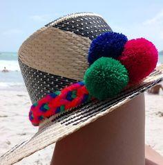 Wayúu hat ☀️ on siriri.co #wayuuhat #strawhat #handmade #madeincolombia #fashion #style #pompoms #bohochic #siririshop