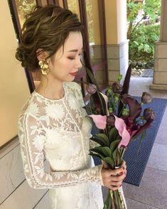 ariさんはInstagramを利用しています:「. お色直し hair 💜 低めのシニオンで、緩めに前髪を上げてもらいました 🙈 がっつり前髪を上げることにとっても憧れるですが 自分のおでこの形が好きではないので緩めに 😢✨ . make は アイシャドウは TOMFORD、ADDICTIONを使用して下さいました 💄…」 Hair Arrange, Santorini Wedding, Bride Hairstyles, Wedding Makeup, Bridal Hair, Wedding Styles, Hair Beauty, Flower Girl Dresses, Hair Accessories