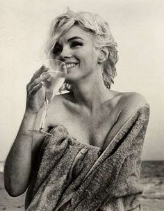 The Starlet's Diet: Cocktail Time.... Marilyn Monroe and a glass of wine on the beach... I love Chardonnay
