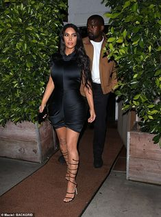 Kim Kardashian Celebrates Wedding Anniversary With Kanye West in Sexy Black Dress Kim And Kanye, Kim Kardashian And Kanye, Kardashian Style, Kardashian Jenner, Edgy Outfits, Black Outfits, Star Fashion, Fashion Tips, All Black Outfit