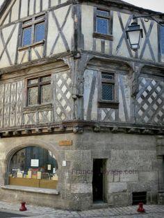 Cognac, France. Cognac : Maison ancienne à pans de bois du Vieux Cognac (vieille ville)