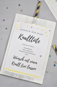 Knalltüte DIY-Idee für die Silvesterparty - little. Perfect DIY for the New Year's Eve party: the firecracker is easy and super fast. You can find the label for free on the Mason Jar Crafts, Mason Jar Diy, Diy Décoration, Diy Crafts, Diy Gifts For Christmas, Diy 2019, Diy Bags Purses, Ideias Diy, Free Prints