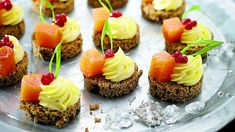 Chlebíčky s lososem a brusinkami :: Lady-in. Canapes, Mini Cupcakes, Finger Foods, Catering, Cheesecake, Goodies, Food And Drink, Appetizers, Healthy Recipes