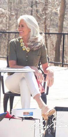 white hair transition going gray - going white hair transition - white hair transition going gray - transition to white hair going gray Grey Hair Over 50, Long Gray Hair, Grey Wig, Silver Grey Hair, White Hair, Classy Hairstyles, Hairstyles Over 50, Older Women Hairstyles, Gray Hairstyles