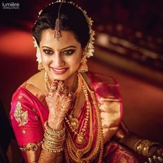 Go through these patch work blouse designs images to fulfil your undying love for beautiful blouse designs to wear with a lehenga or a saree! Kerala Bride, Hindu Bride, South Indian Bride, Indian Wedding Hairstyles, Indian Bridal Outfits, Hairstyle Wedding, Saree Wedding, Wedding Bride, Bridal Sarees